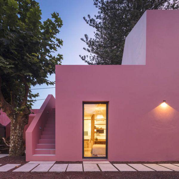 Arquitectura_pink_house_rehabilitacion establo_vista frontal puerta