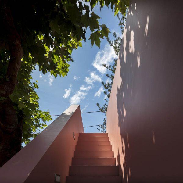 Arquitectura_pink_house_rehabilitacion establo_ imagen escalera exterior