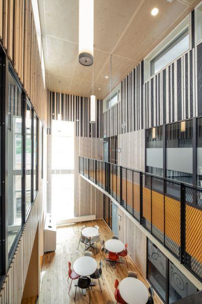 arquitectura_PIR II_new evjen school-architonic_corredor sup