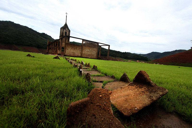 Arquitectura_Potosi_pueblo sumergido_imagen del prado y acceso a la iglesia