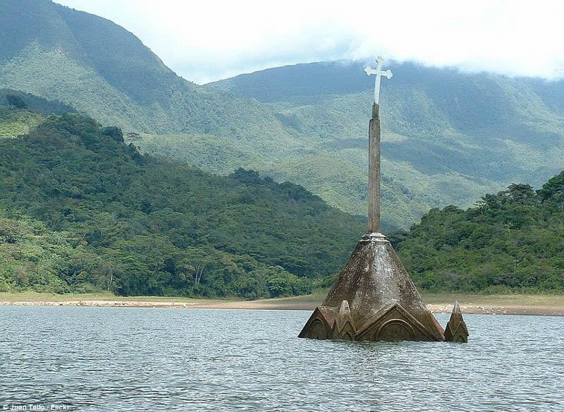 Arquitectura_Potosi_pueblo sumergido imagen cruz iglesia
