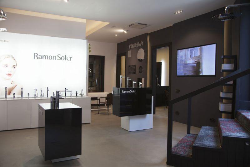 arquitectura Espacio Flagship Store de Ramon Soler en Barcelona fotografia interior totem
