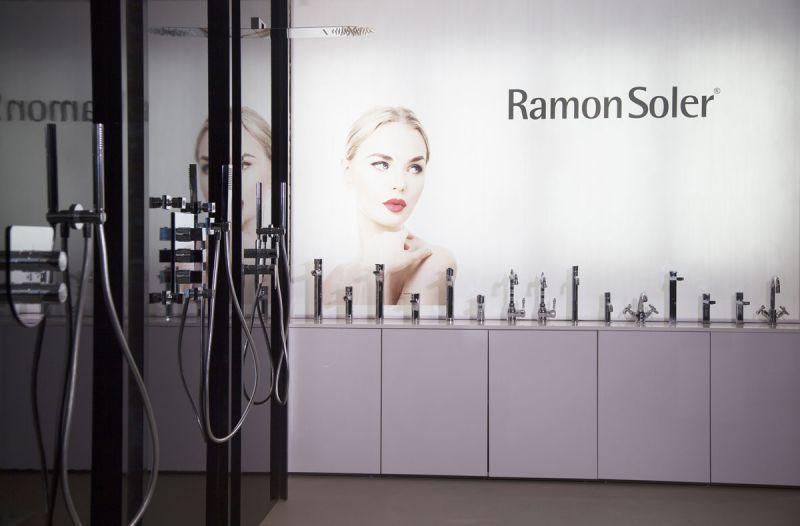 arquitectura Espacio Flagship Store de Ramon Soler en Barcelona fotografia interior logo