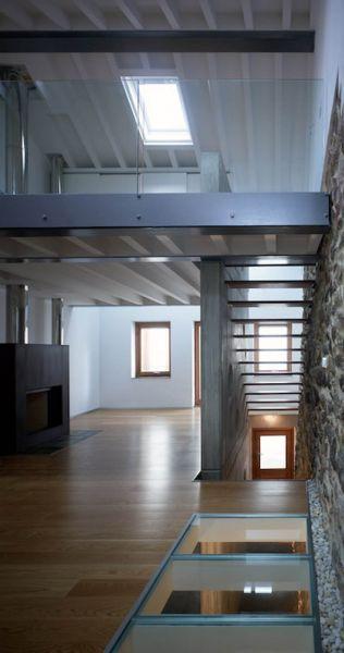 Arquitectura_ Rehabilitación Casa en Porto de Bares_imagen vidrio y escalera