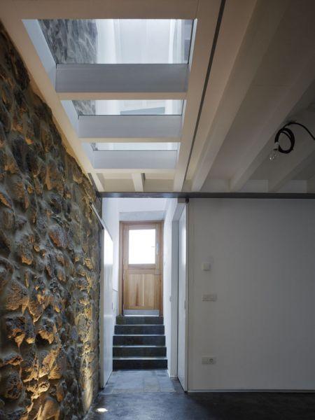 Arquitectura_ Rehabilitación Casa en Porto de Bares_ imagen muro antiguo y escalera