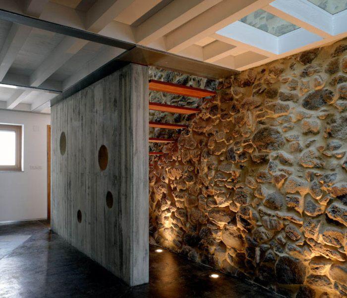 Arquitectura_ Rehabilitación Casa en Porto de Bares_iluminacion bajo la escalera