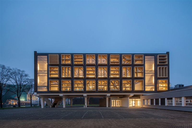 Arquitectura_ remodelación_edificio 27E _vista nocturna fachada principal