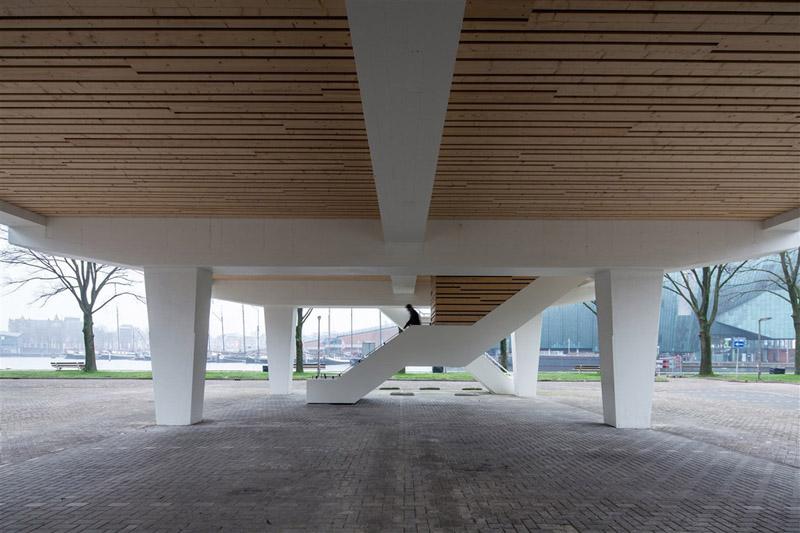Arquitectura_ remodelación_edificio 27E _vista escaleras y pilotes