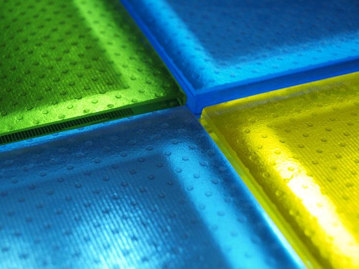 arquitectura sostenible_suelos fotovoltaicos_vidrio coloreado