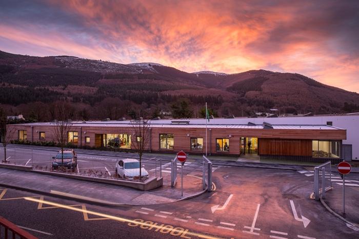 arquitectura_St Bronaghs Primary School_aparcamiento