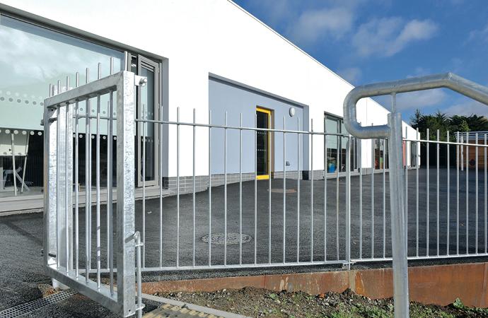 arquitectura_St Bronaghs Primary School_fachada trasera
