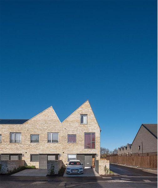 arquitectura_Sutton Houses_fachada jardín aparcamiento