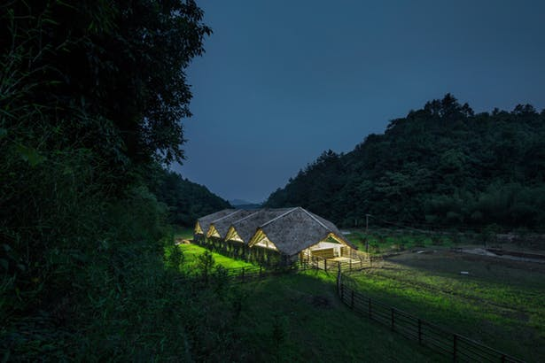 arquitectura_Taiyang_Organic_Farming_Commune_entorno noche