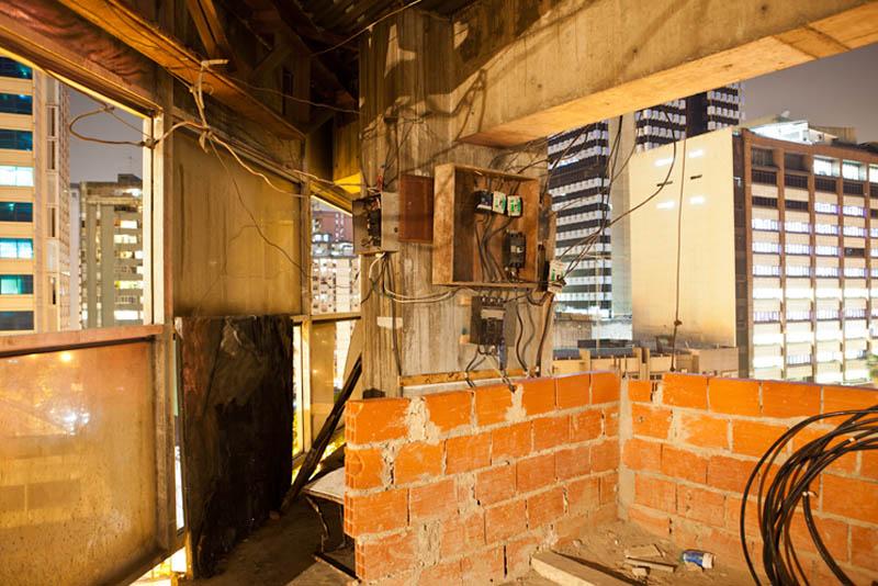 Arquitectura_Torre David_Caracas_interior de una torre saqueada