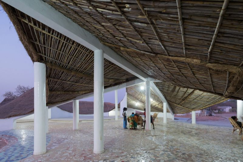 arquitectura_toshiko mori_centro cultural en senegal_espacios exteriores cubiertos