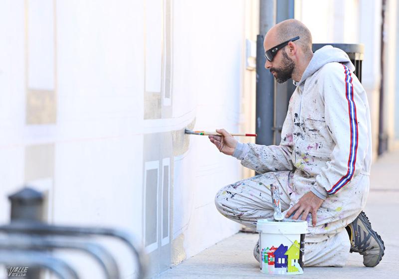 Arquitectura pintando fachada con tramopantojo