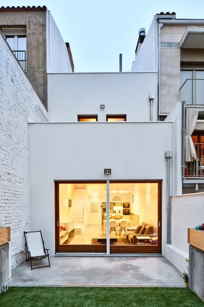 Una escalera luz y madera de vallribera arquitectes for Casas estrechas y alargadas