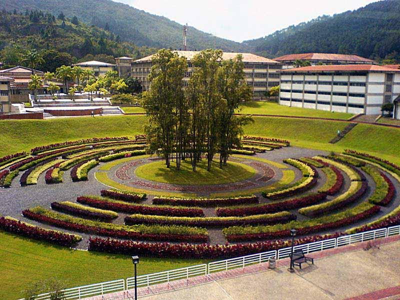 Plaza del rectorado de la Universidad Simón Bolívar