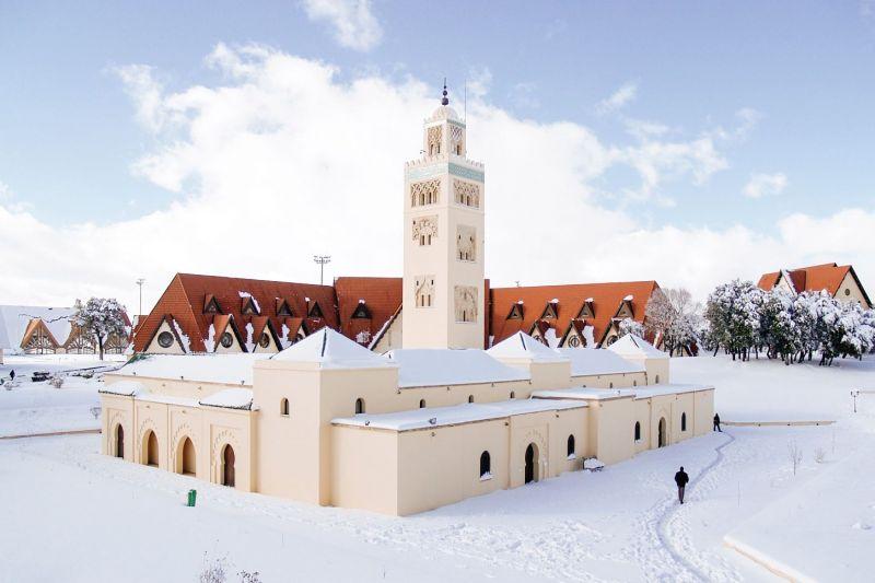 La universidad Al Akhawayn durante el invierno