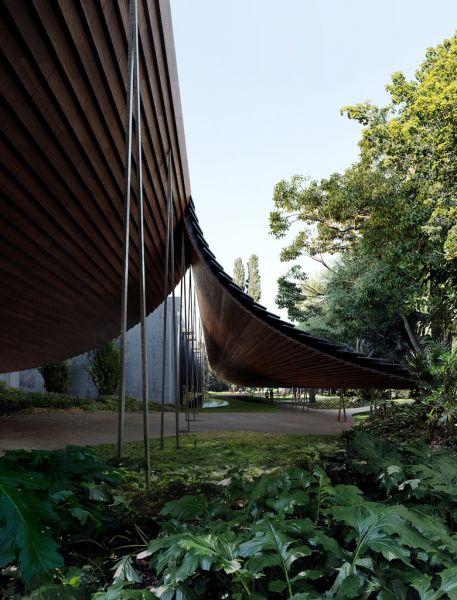Interencion exterior Museo Gulbenkian grandes pantallas de madera