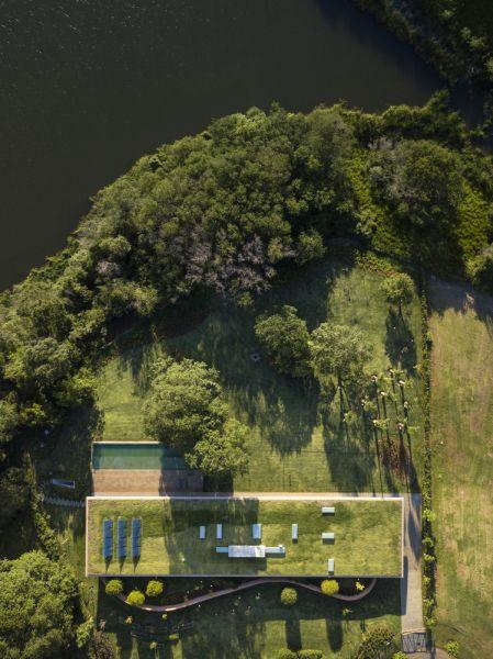 MK27 - Marcio Kogan - Lair Reis_Casa Plana_Foto en planta cubierta verde