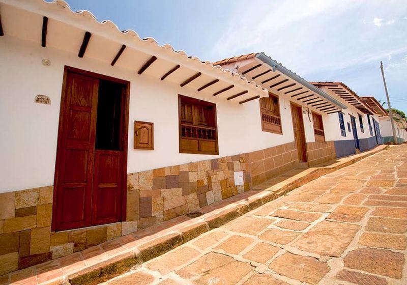 Calle de Barichara donde se muestran las fachadas recubiertas de blanco.