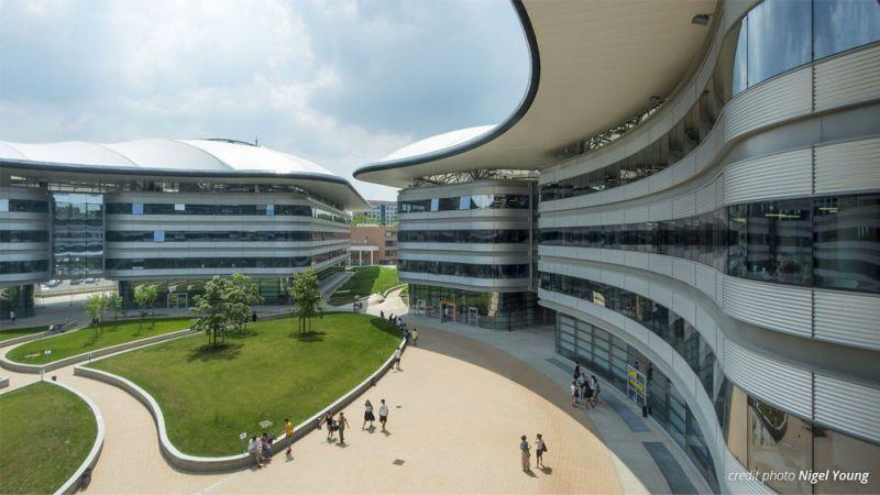 vista del interior del claustro circular que da acceso a las facultades.