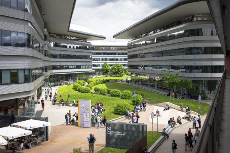 vista del espacio verde interior entre edificios con el paseo del filósofo