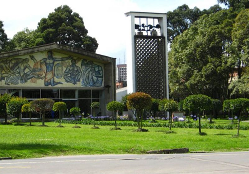 Arquitectura moderna rodeada de verde de la Universidad Nacional