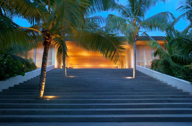 escalera de acceso a la zona central desde la playa_Casa en las dunas_ bahamas