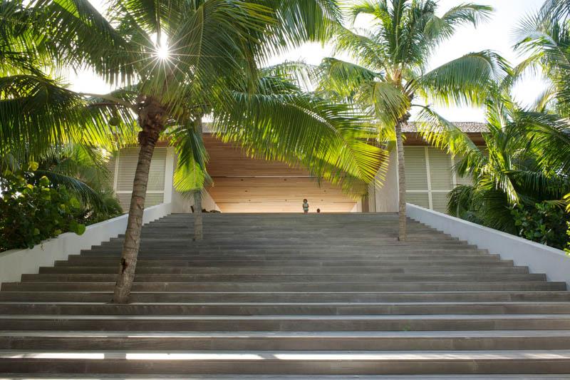 escalera de acceso por la playa_Casa en las dunas_ bahamas