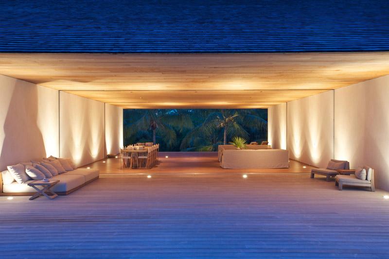 Vista de la cubierta y salon iluminado__ Casa en las dunas_ bahamas