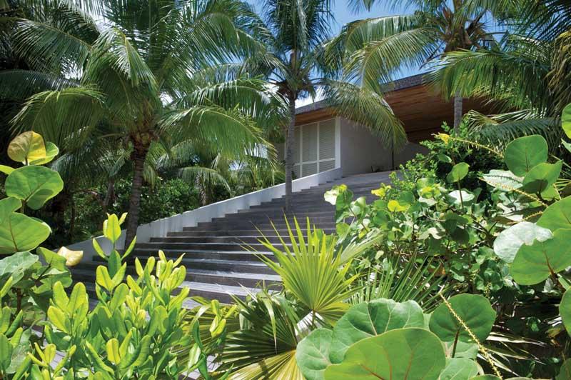 escaleras de acceso a la entrada de Casa en las dunas_ Bahamas