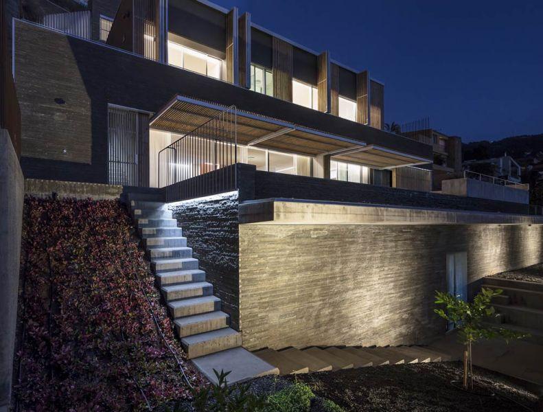 arquitectura casa mama equipo olivares vista exterior celosia abierta nocturna