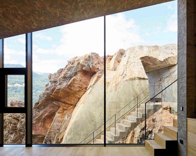 vista hacia las rocas exteriores des del interior de la casa