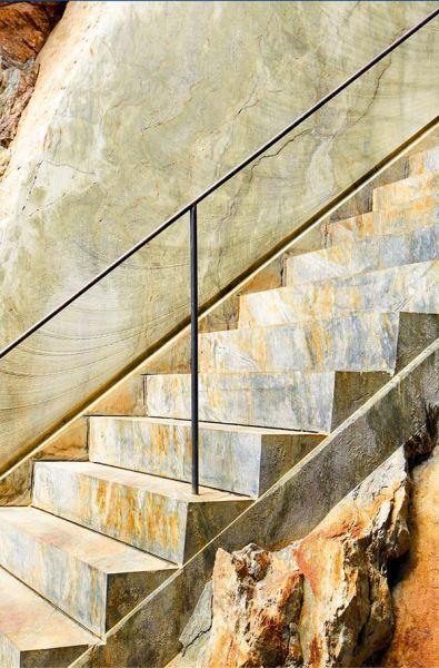 detalle de la escalera tallada en la roca. Imagen VERTICAL
