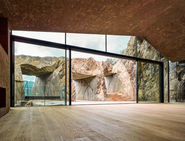 vista des del interior a las tres ventanas talladas en la roca que dan acceso a la terraza