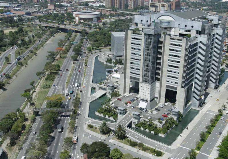 Río Medellín junto al Edificio Inteligente de las Empresas Públicas de Medellín