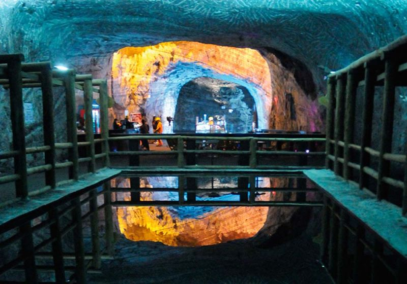 Espejo de agua de la Catedral de Sal / Fotografía de Awali