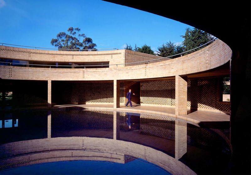 Espejo de agua del Edificio de Posgrados