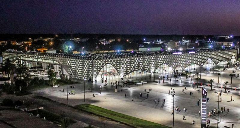 Estación de tren de Kenitra como una lámpara gigante durante la noche