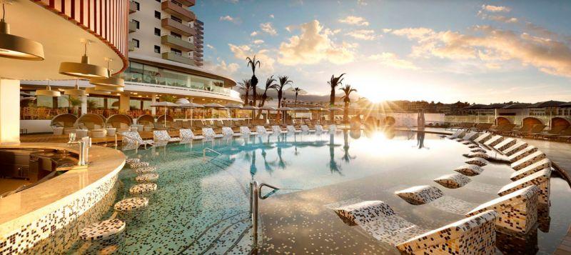 piscina en el hotel