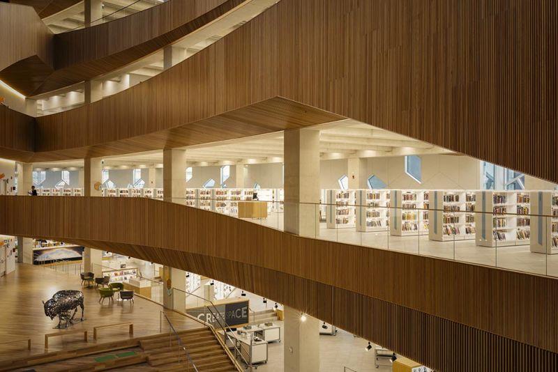 arquitectura utilización de la madera en el interior biblioteca Calgary
