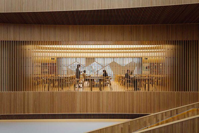 arquitectura listones de madera creando líneas de visión biblioteca Calgary
