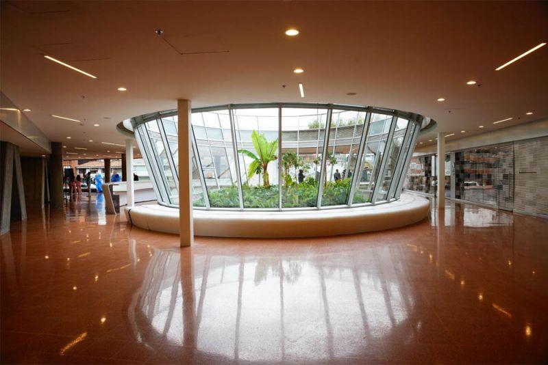 Fotografía galería del primer nivel, dónde se realizan exposiciones de arte.