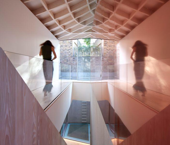 arquitectura y empresa_House_in_a_garden_pasillo pB