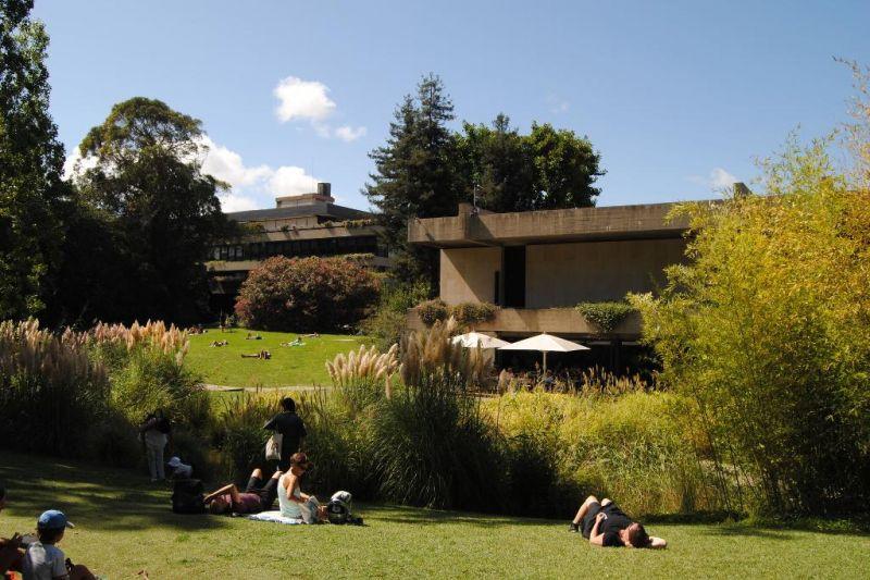 Visitantes Disfrutando del jardín de la Fundación Gulbenkian