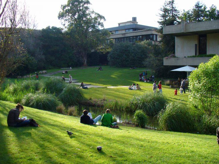 Gente disfrutando del sol en el parque Gulbenkian
