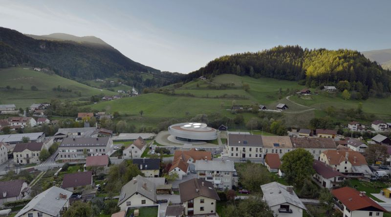 Vista general Centro Cultural en el pueblo