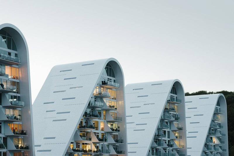Arquitectura y empresa_ la ola _henning-larsen-architects_ vista con iluminación